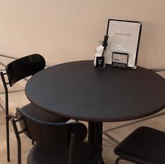 3名様までの丸テーブルのお席。ゆったりしたお席です。