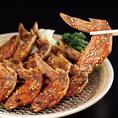 【秘伝・手羽先唐揚】厳選された鶏の手羽を、秘伝の調理法で仕上げました。