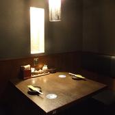 優しい照明の2名席はカップルや女性同士に