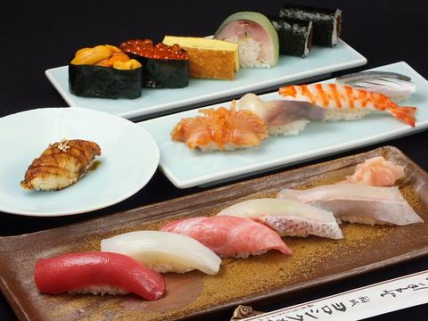 下町の雰囲気の中で本格的な寿司が食べられる。