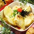 料理メニュー写真丸ごとじゃが芋とお餅の明太チーズ焼き