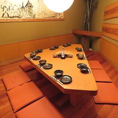 お子様連れやご家族のお客様に大人気のお席となっております。柔らかな光につつまれた気品溢れる和やかな空間でお食事をお愉しみいただけます。隠れ家感たっぷりの個室仕立てで、プライベート感満点なのがおすすめです。心ゆくまでお愉しみくださいませ。
