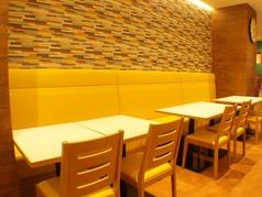 【テーブル席】 開放的なテーブル席。収穫前の畑のような、黄色や緑が目に優しいリラックスできる空間です。