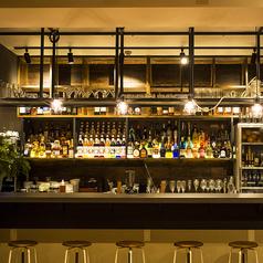 500種類以上のドリンクメニューを作り出すバーカウンターには様々な種類のお酒がズラリ!