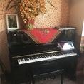 【ピアノ完備】アップライトピアノで生演奏にもご利用いただけます♪地域でイベントを開催される際は、当店の貸切りで、美味しいお食事やお酒と一緒に、お洒落なひと時をお過ごしください。