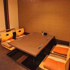 お子様連れでも安心♪掘りごたつ式のお座敷ですのでゆっくりおくつろぎください。団体様用の個室ですので、半個室をご希望されても、予約次第でテーブル席にご移動いただく場合がございます。