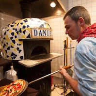 500℃のピザ窯で焼き上げるピッッツァは絶品!