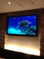 大画面モニターでは、タイのビーチやタイポップスを流しています。
