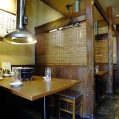 【テーブル席】仕切りがある各テーブル席は周りを気にせず寛げる空間