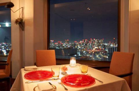 すべてのお席から夜景をお楽しみいただけます。ベイエリアの夜景が特に綺麗です。39階に位置している当店の自慢でございます。