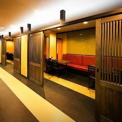 パーテーションで区切られた半個室がございます。人数によってパーテーションを開けて調整することもできますので、忘年会新年会にもお勧めです!