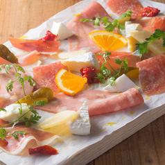 料理メニュー写真生ハムとチーズの盛り合わせプレート