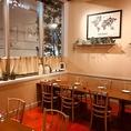 【普段使いもしやすいテーブル席】テーブル席はお客様の人数に合わせてお席をご用意しますので、ランチやサク飲みなどの普段使いから、女子会や誕生日・記念日、各種ご宴会などのパーティーシーンも愉しんでいただけるお席です。結婚式2次会貸切プランは3500円、ご宴会コースは4000円(税別)~、どちらも2時間飲み放題付。