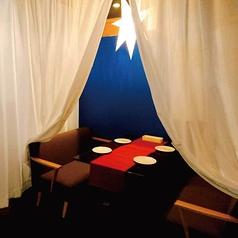 女性はいくつになってもお姫様に憧れるもの♪こちらは、白い天蓋カーテンで覆われた半個室のテーブル席。4名様までご利用いただけます。ブルーの壁に星形の照明が煌めき、まるで夜空を眺めているかのような雰囲気に◎乙女心を擽るお洒落可愛い空間は、女子会はもちろん、デートでのご利用にもおすすめです。