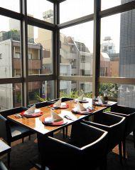 神楽坂を眺める見晴らしの良い個室です。