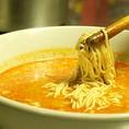 練ったゴマにスープを…そして熱々のもっちり麺を入れます。