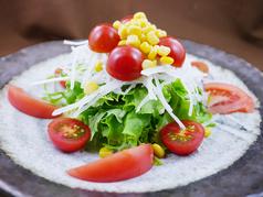 新鮮トマトとしゃきしゃき野菜のサラダ