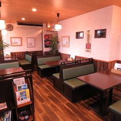 ゆとりのあるテーブル席。10人程のグループでのお食事会や女子会などにもおすすめです。