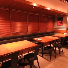 2名様テーブル。少人数でも利用できるのでデートや友人同士でもピッタリ。落ち着ついて食事のできる素敵なお席です。