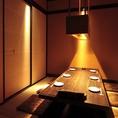 シックで高邁な雰囲気が溢れる6名様までご着席頂ける個室席となっております。シンプルな中にセンスを感じる照明が一際存在感を放ち、温かくテーブルを照らしてくれます。上質な空間で美味しい料理をご堪能下さい。