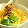 ピリ辛の挽き肉や彩り野菜を添えます。