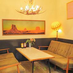 お洒落で落ち着いた半個室テーブル席はプライベートに最適!大きめのテーブルでゆったりお食事をお楽しみいただけます!4名様から6名様収容可能ですので飲み会でのご利用も◎