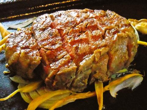 地元の肉屋から仕入れる肉と毎日仕入れる魚や野菜で作る料理の数々に、常連客も多い。