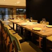 【半個室としてご利用OK】店内入口付近の少し奥まったスペースに、8名様まで横並びで座れるテーブル席をご用意。