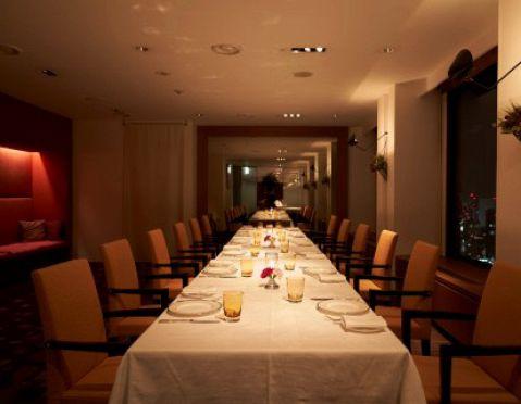 同窓会、歓送迎会にもご対応致します。個室も各種用意しており、会議・接待などのビジネスや両親のお顔合わせにも最適なお部屋を設けております。開放的で明るい個室では、ひときわ印象的なおもてなしができます。