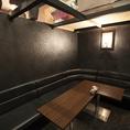 天井がガラス張りの半地下の個室はゆったりできるソファー席