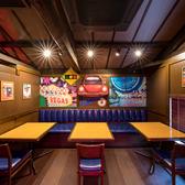 ニューヨーク発祥の本格アメリカンバル「TGIフライデーズ」では、どんなシーンにも利用出来るお洒落なテーブル席を多数ご用意しております。女子会や合コン、各種宴会にぜひご利用ください!※写真は系列店です。