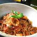 料理メニュー写真アサリと魚介のトマトソースパスタ