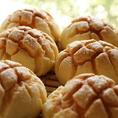《メロンパン》創業当時からの大人気パン!!びっくりするほどパリパリとしたクッキー生地に中はしっとりパン生地。自家製なので優しい味に仕上がっています。食べる時はご注意下さい!!クッキー生地がポロポロ落ちてしまいます。