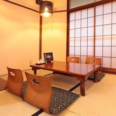 4名様用席5卓、2名様用席1卓ご用意致しております。ご人数に応じたお席のアレンジが可能です。