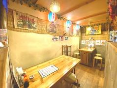 琉球石灰岩に囲まれているちょっと個室チックなテーブル席。すこーーーーしだけ狭いですが、それがまたまた人気の席です♪
