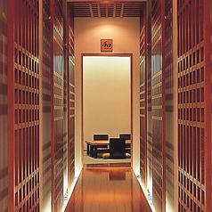 店舗2階には畳が敷かれた和の雰囲気の個室、2名様から8名様までご利用いただけます。