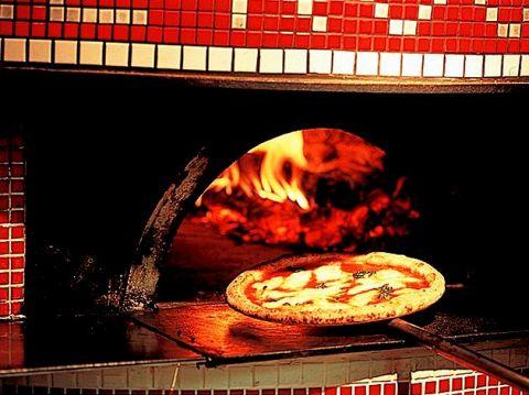 イタリアから直輸入した石釜で焼いた本格ナポリピッツァをお楽しみいただけます。
