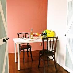 ピンク×グレーのとってもかわいいお部屋です。コベヤおすすめ、アットホームでほっこりできるお部屋となっております。ピンクの壁がSNS映え☆お子さまもご一緒にお楽しみいただけます。