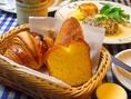 当店のパンはすべて姉妹店パン屋「ブーランジェリー キャセロール」でお作りしております。クロワッサンとフランスパンはその中でも特にお奨めする逸品。