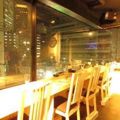 デートにおすすめ・・・♪外が眺められる、大きな窓に面したカウンター席。夜は夜景が眺められる開放感のあるお席です。