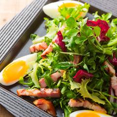 料理メニュー写真ベーコンと土耕栽培クレソンのサラダ
