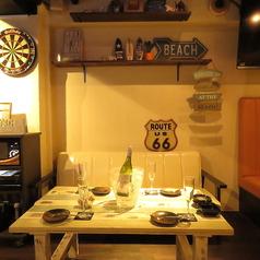 ビーチリゾートにあるような、ウッドテーブル。店内は西海岸風の小物づかいや家具でお洒落な空間になってます。