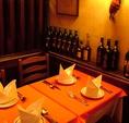 [パリの様な店内◎]赤いテーブルクロスとシルバーの食器。テーブルセットも一流です♪