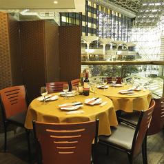 気軽にご利用頂けるテーブル席。個室はございませんが、パーテーションで区切って半個室もご用意可能です!