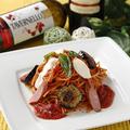 料理メニュー写真たっぷりソーセージのトマトソースパスタ