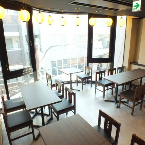 テーブル席はレイアウト自在♪小規模の飲み会から宴会まで、お気軽にご利用いただけます!アットホームな大衆居酒屋は清潔感もあって、女子会にもおすすめ!お一人様や、カップルなどの少人数のお客様にも入りやすい店内です。