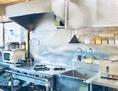 アジ庵ガンジーのお店は全店舗、清潔なオープンキッチン♪お客様の美味しい笑顔を励みに腕をふるう厨房のシェフ達とお客様との距離を、できるだけ近くにという思いでオープンキッチンの作りに。毎日磨き上げている清潔で安心な厨房は自慢のひとつ。