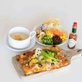 料理メニュー写真あぐーソーセージとチョリソーのピザ~黒胡椒風味~