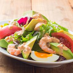 料理メニュー写真海老とアボガドのサラダ