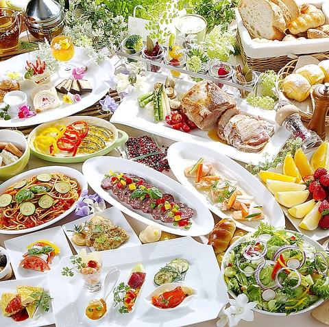 ブッフェスタイルで和・洋・中の種類豊富な料理デザートを全て食べ放題で楽しめる♪